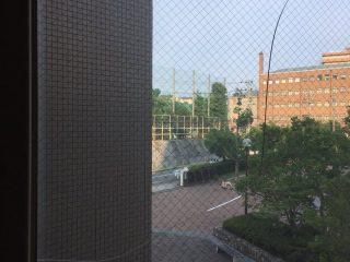 神戸大学の渡り廊下の窓ガラスがひび割れ?原因は猛暑による「熱割れ」