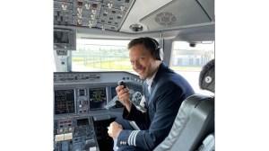 Орлин Павлов се качи в самолета като пилот