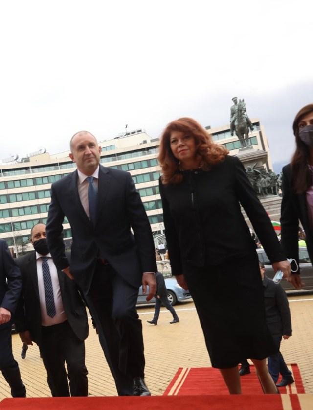 Румен Радев и Илияна Йотова пристигат за старта на 45-ото НС през април. Утре се очаква президентът отново да призове партиите да излъчат редовен кабинет.