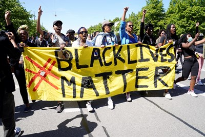 Protesters protesting the death of black George Floyd, who died after a police arrest in the US city of Minneapolis, attacked Confederate monuments in many US cities. Photos: Reuters