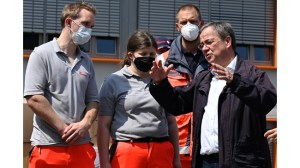 Скандал с наследник на Меркел – смее се, когато посещава засегнатия от наводнения район