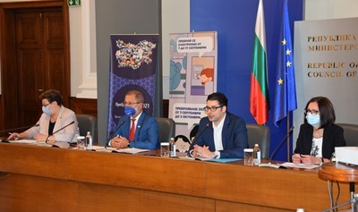 Атанас Пеканов (втори отдясно наляво) призова хората да броят онлайн и да помагат на тези, които не могат.  СНИМКА: