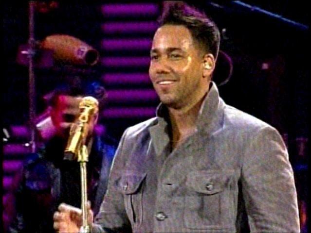 ´Quiero sentir a todos los chilenos esta noche´, fue lo que le gritó el cantante dominicano al abrir la segunda jornada de Viña del Mar 2013.