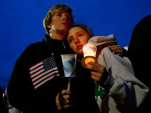 """Cientos de personas de todas las edades se congregaron al atardecer del martes en diversos puntos de la ciudad de Boston para llorar por las víctimas y velar por los heridos, """"angustiados"""" por no saber la razón de lo que algunos llaman ya el """"11 de septiembre"""" de esta ciudad.  En el parque Boston Common, cerca de donde se produjeron las explosiones, centenares de personas se fueron concentrando de manera espontánea con velas y para crear murales por la paz y la unión de la ciudad.  En un ambiente emotivo, con la caída de la tarde, varios lugares emblemáticos de la ciudad recordaron a los tres muertos y más de 176 heridos de un atentando del que aún se desconocen los motivos y al autor o autores.  En el Garvey Park de la localidad de Dorchester, en las afueras de Boston, donde residía la familia de Martin Richard, el niño de ocho años fallecido, también se produjo otra concentración en la que se pidió por la madre y hermana del pequeño, que se encuentran hospitalizadas en estado grave.  En los diversos puntos de concentración, donde se depositaron rosas, mensajes y se entonó música, también se recordó la memoria de Krystle Campbell, la joven de 29 años identificada como una de las víctimas."""