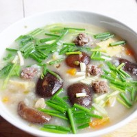 Cách nấu cháo thịt bò viên với nấm
