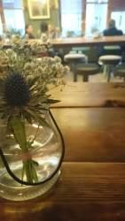 Liebevoll inszeniert und vor allem frische Blumen auf dem Tisch - schön!