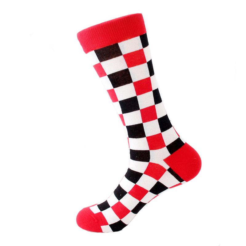 2b960eca78d09c Czerwone czarne i białe kwadraty szachownica – kolorowe skarpetki do  garnituru – wysokie