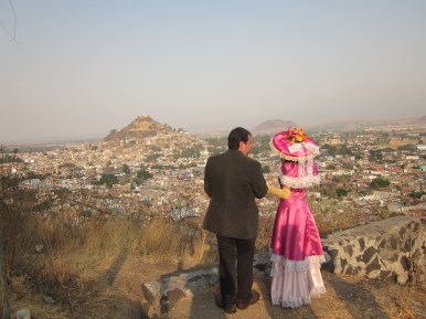 Carlos Azar y La Catrina con el cerro de San Miguel. Atllixco, Puebla.