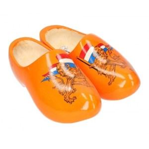 Oranje houten klompen met leeuw