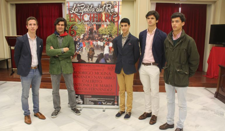 Morante, junto a algunos de los novilleros que actuarán este sábado en la localidad sevillana de la Puebla del Río