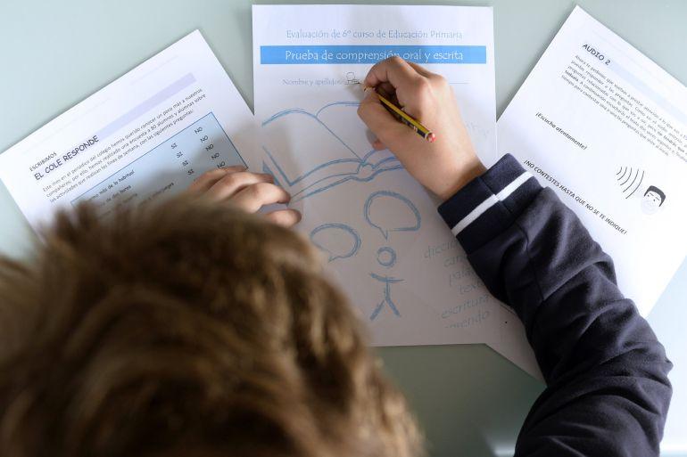 Un niño practica en su casa las pruebas de evaluación del Ministerio de Educación, Cultura y Deporte que esta semana realizarán los estudiantes de 6º de Primaria / NACHO GALLEGO / EFE
