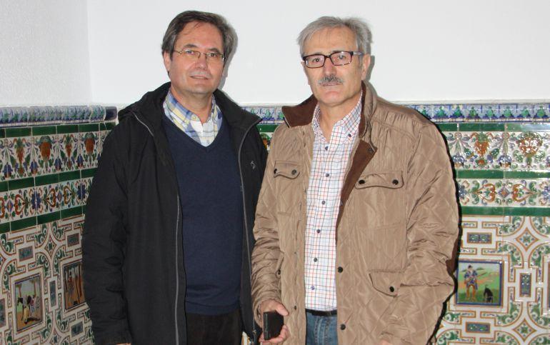 Luis Miguel Román y Constantino López junto a la azulejería del Quijote de la Fonda de la Estación
