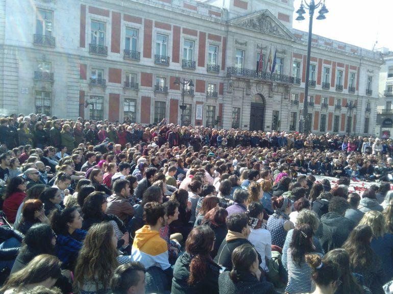Cientos de personas apoyan a las ocho mujeres de Sol en huelga de hambre
