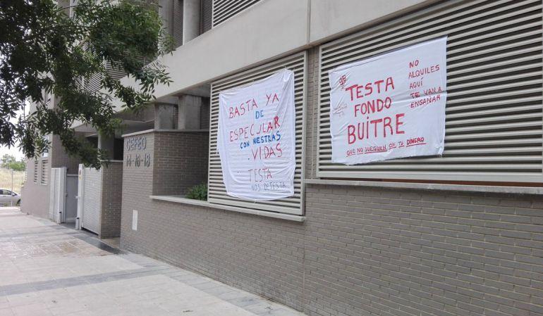 Protesta por la venta de sus viviendas a fondos buitre / Plataforma de afectados por Testa de la Calle Cefeo de Móstoles