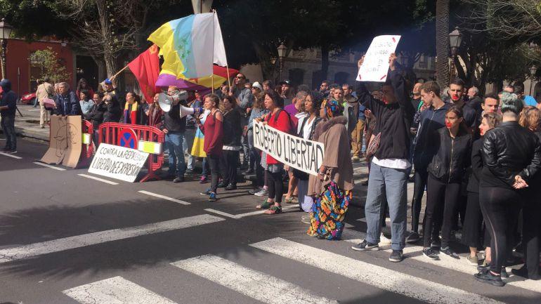 Un grupo de personas se manifiestan a las puertas del juzgado de La Laguna.