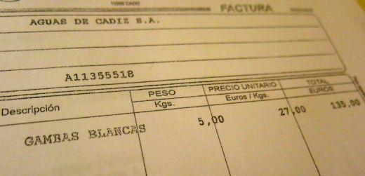Factura de cinco kilos de gambas blancas pagadas con dinero de Aguas de Cádiz