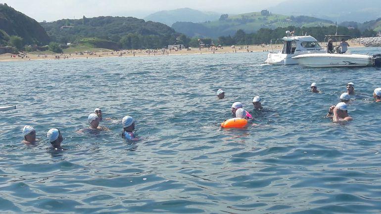 Varios nadadores durante el recorrido entre Saturraran y Orio