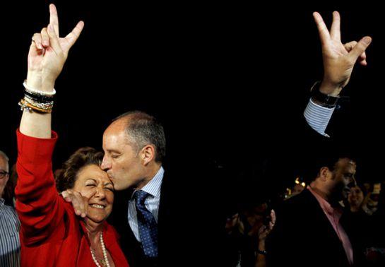 El presidente de Generalitat, Francisco Camps, y la alcaldesa de Valencia, Rita Barberá, se abrazan y besan, tras saberse ganadores de las elecciones.