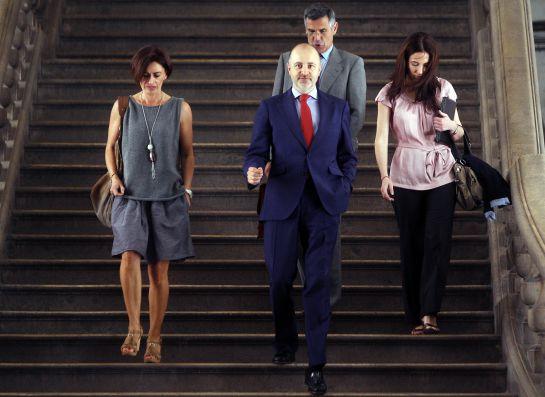 El diputado autonómico David Serra (c), exsecretario de organización del PP de la Comunitat Valenciana, tras comparecer como imputado ante el magistrado del TSJCV, José Ceres, que investiga la supuesta financiación ilegal del PP valenciano relacionada con la trama Gürtel