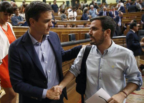 El líder del PSOE, Pedro Sánchez, saluda al de IU, Alberto Garzón al finalizar el pleno del Congreso, esta tarde en Madrid.
