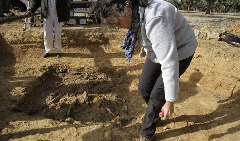 La Asociación Salamanca por la Memoria y la Justicia ha exhumado esta semana una fosa común con los restos de cuatro personas desaparecidas en agosto de 1936, todos ellos jornaleros procedentes de la localidad de Vecinos que fueron detenidos y asesinados en una finca cercana al pueblo. / J.M. García / EFE