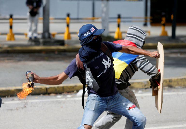 Resultado de imagen para MANIFESTANTES CERRANDO CALLES EN VENEZUELA
