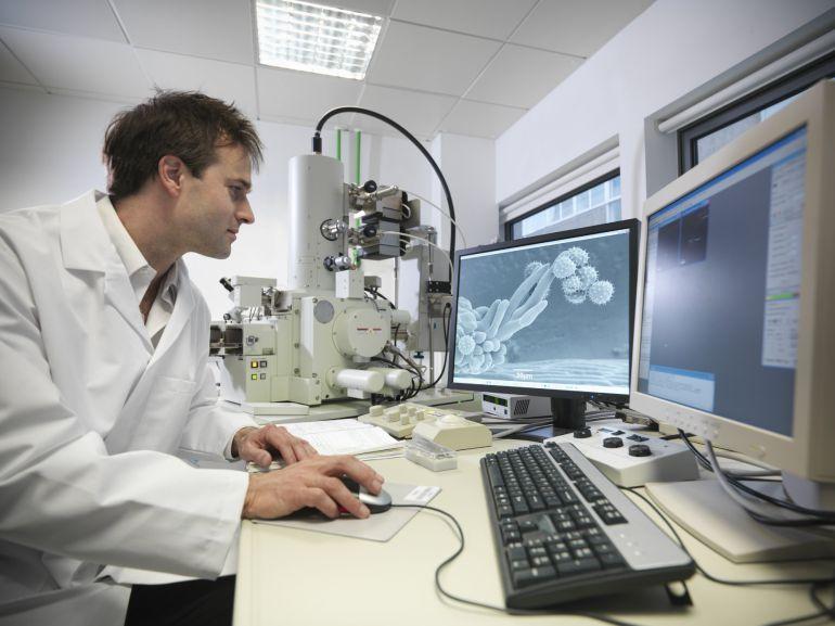 Un investigador trabajando en un laboratorio donde se desarrollan nuevas terapias para acabar con enfermedades ahora incurables.  .