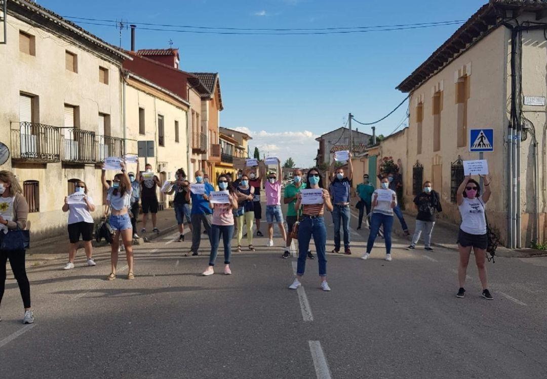 Sotillo de la RIbera salió a la calle para hacerse la foto de la manifestación virtual