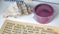 Púrpura Tíria, produzido usando-se a secreção de caramujos marinhos do gênero murex.