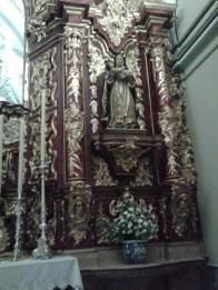 Retablo de la Patrona tras la última intervención donde se observa la nueva decoración de las columnas.