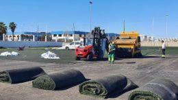 Retirada del césped antiguo en las instalaciones del Complejo Deportivo Elcano