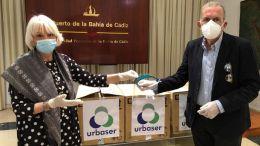 El delegado de Urbaser en Cádiz, Antonio Pérez, hace entrega a la presidenta de la Autoridad Portuaria, Teófila Martínez, de las viseras