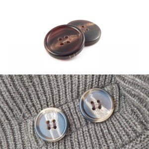 comparazione tra bottoni in corno e replica in plastica