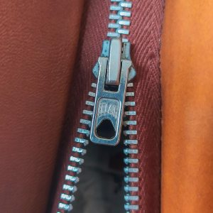 dettaglio di zip su borsa vintage anni '70