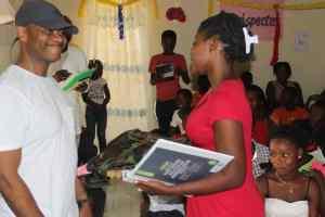 Remise d'articles scolaires à une jeune du CAEJ - Haïti