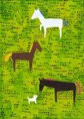 3頭の馬と白い犬