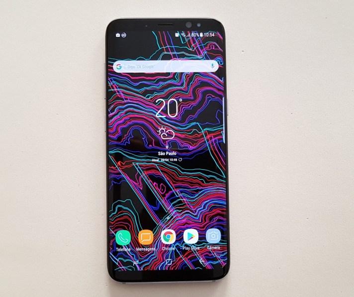 O design do Galaxy S8 lembra muito o Galaxy S7, porém a tela tem mais área e as dimensões do aparelho são menores.