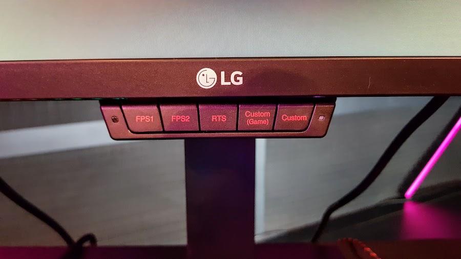 O novo monitor tem ajustes personalizáveis e podem ser selecionados diretamente por botões que estão abaixo da tela