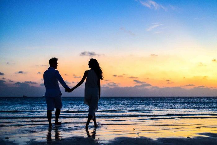 man and woman holding hands walking on seashore during 1024960 - Propósitos de año nuevo: el 90% de los españoles quieren innovar en el sexo y salir de la rutina