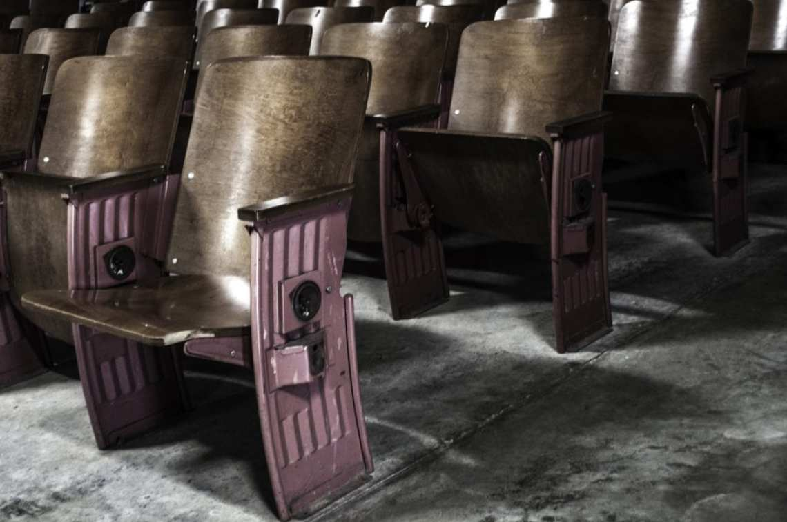 theatre 2535552 1920 - ¿Quieres ver los últimos estrenos de cine en tu casa? Apple quiere traértelos