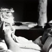 Sal con una chica que lee