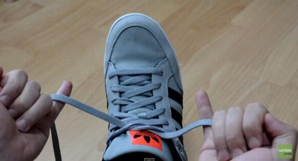 Comment attacher ses lacets en moins de deux secondes !