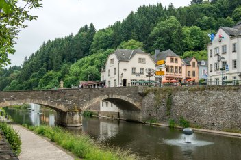 Illustration: photo of Café Du Pont from the other side of the river Our in Vianden.
