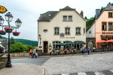 Illustration: photo of the front of the café with the streetside terrace and the entrance of Cafe Du Pont.