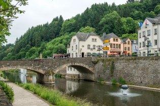 Illustratie: foto van Café Du Pont Vianden Luxemburg. De foto is genomen vanaf de overkant van rivier de Our waaraan het café ligt.