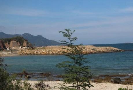 Khu vực xây dựng dự án Champarama Resort & Spa với nhiều khối đất đá nhô ra biển.