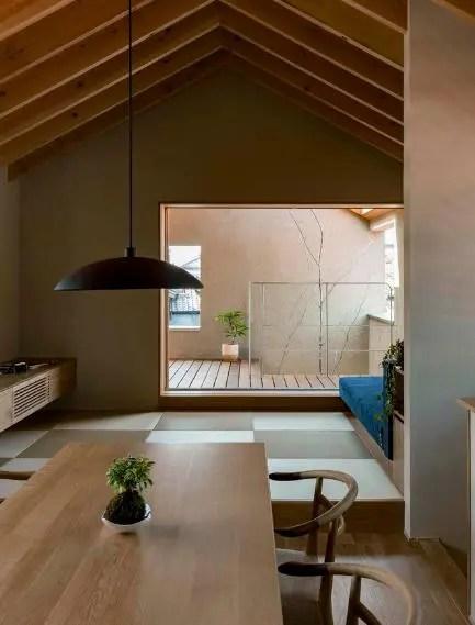Góc nhỏ bên cạnh bếp ăn chính là không gian tiếp khách của chủ nhà.