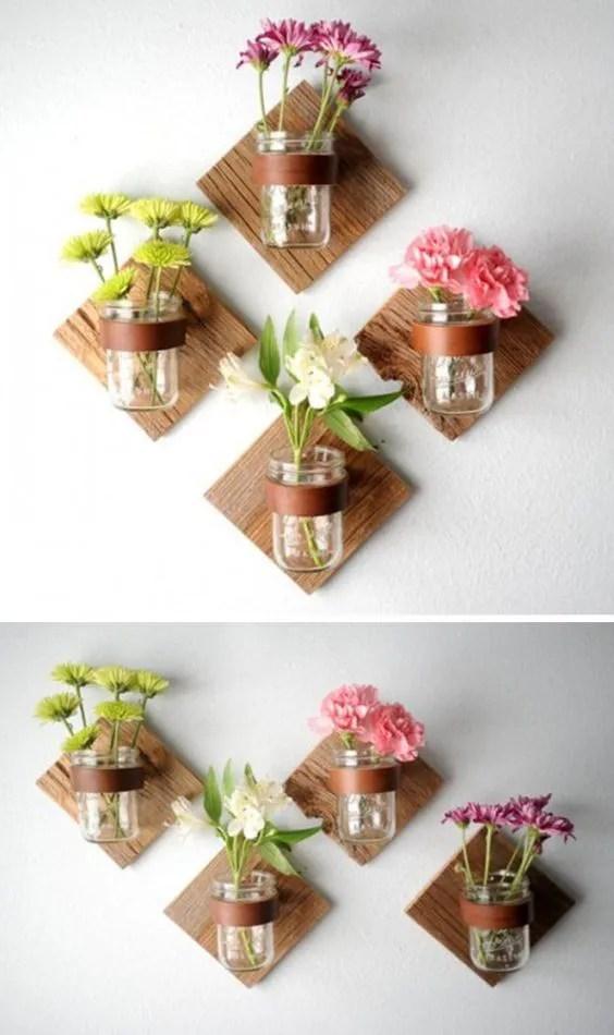 Những bình thủy tinh hoa trong suốt được gắn cố định vào tấm gỗ nhỏ trên bức tường là một sáng kiến tuyệt vời giúp cho bức tường đơn điệu trở nên đẹp hơn. (Ảnh Pinterest)