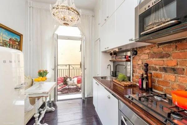Một ban công tuyệt đẹp cạnh bếp ăn là nơi chủ nhà có thể thưởng thức những bữa ăn ngoài trời lý tưởng hay nhâm nhi tách cà phê và ngắm cảnh từ trên cao.
