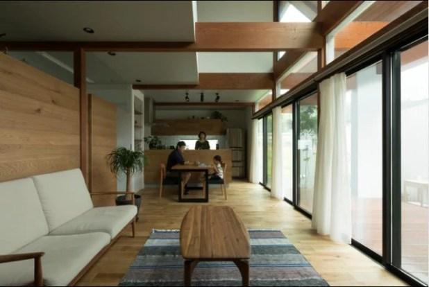 Để mang ánh sáng tràn ngập không gian, toàn bộ bức tường mặt tiền trước nhà tầng 1 được làm bằng kính trong suốt cao sát trần.